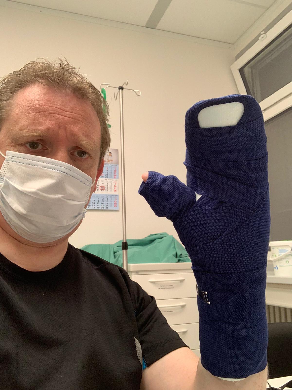 Arne mit gebrochenem Arm